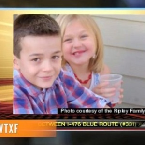 O garoto Jason Ripley, com a irmã Kennedy. Em carta a Mitt Romney, ele criticou os planos do republicano para a saúde nos EUA