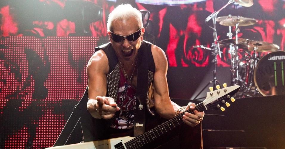 O guitarrista Rudolf Schenker se apresenta no show do Scorpions em São Paulo (20/9/12)