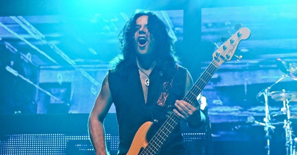 O baixista Pawel Maciwoda se apresenta no show do Scorpions em São Paulo (20/9/12)