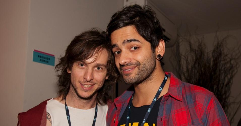 O VJ da MTV Chuck Hipolitho e o cantor Lucas da banda Fresno posam para fotos nos bastidores do VMB 2012 (20/9/12)