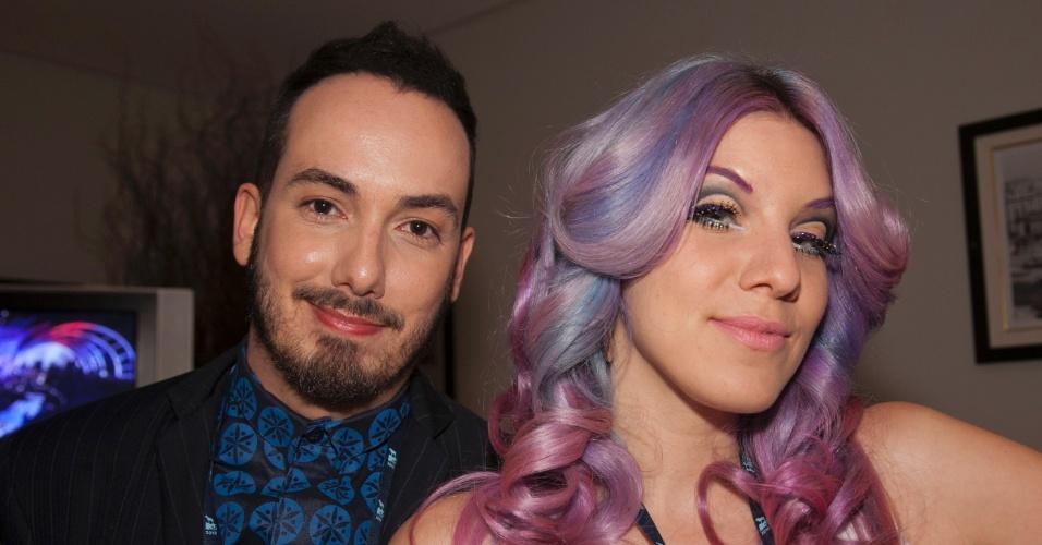 Os VJs Didi Effe e MariMoon posam para fotos nos bastidores do VMB 2012 da MTV (20/9/12)
