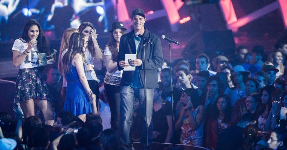 Sob vaias da plateia, o skatista Bob Burnquist entrega o prêmio de melhor artista internacional para o fã clube da banda One Direction (20/9/12)