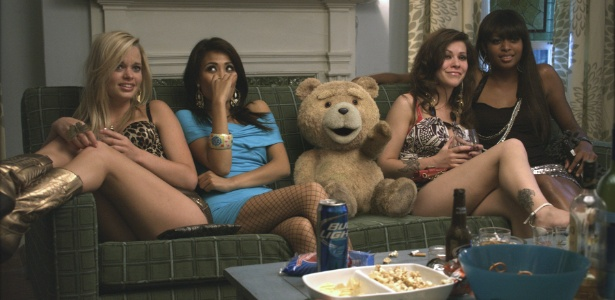 """Ted reunido com """"amigas"""" na casa de John Bennett (Mark Wahlberg), irritando Lori (MIla Kunis)"""