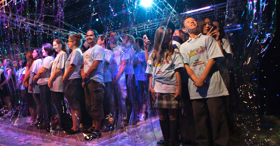 21.set.2012 - A artista Fan Yang conseguiu o Guinness World Records ao envolver 181 pessoas em uma bolha de sabão gigante em Vancouver, no Canadá