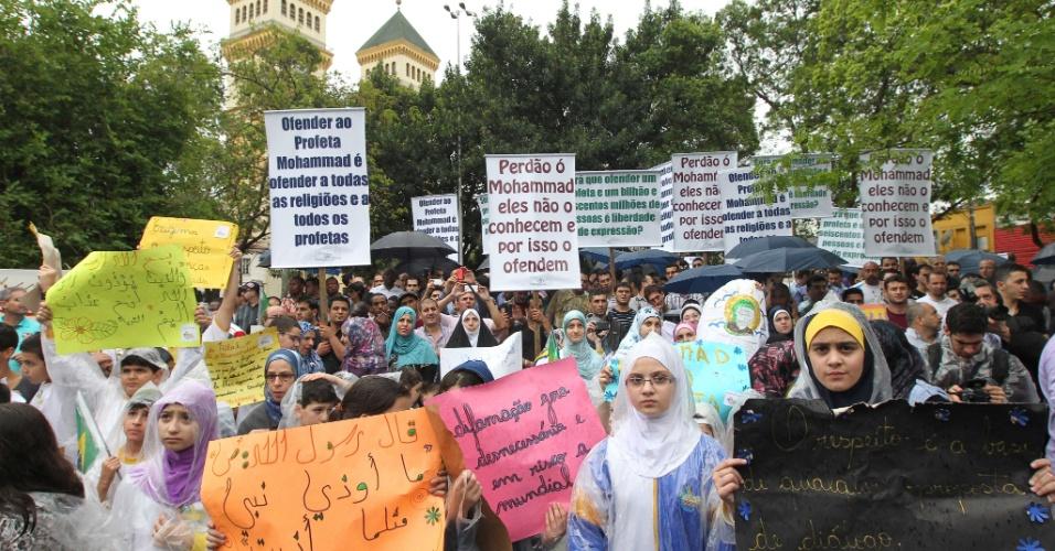 """21.set.2012 - A comunidade islâmica em São Paulo se reuniu na região central da capital paulista para protestar contra o filme norte-americano """"Inocência dos Muçulmanos"""", que é considerado ofensivo para o Islã e para a diversidade religiosa"""