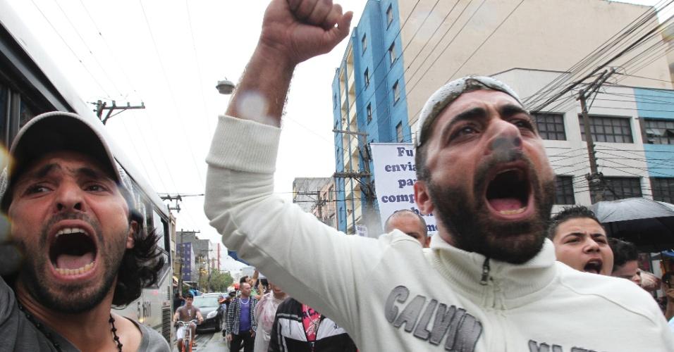 21.set.2012 - Homem mulçumano grita palavras de ordem durante protesto organizado pela Associação Beneficente Islâmica do Brasil, na região central de São Paulo, contra o filme norte-americano 'Inocência dos Muçulmanos'. A comunidade considerada a gravação ofensiva para o Islã e para a diversidade religiosa