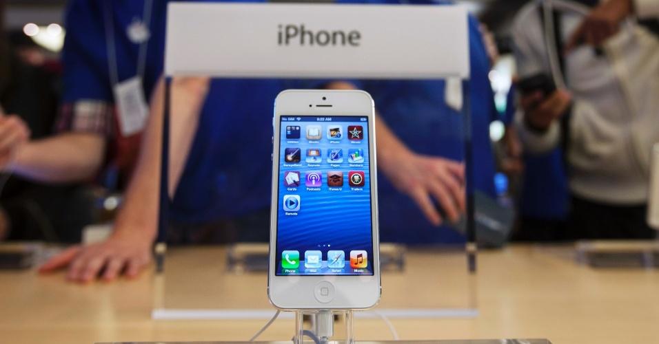 21.set.2012 - iPhone 5 é exposto na loja da Apple na Quinta Avenida, em Nova York, Estados Unidos. Centenas de fãs da Apple fizeram fila para comprar o novo smartphone da empresa, lançado nos Estados Unidos e em mais oito países nesta sexta-feira