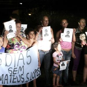 Moradores protestam em frente ao DHPP e pedem investigação sobre desaparecimento de jovem