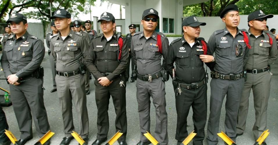 """21.set.2012 - Policiais tailandeses montam guarda em frente à Embaixada dos EUA em Bancoc (Tailândia) nesta sexta-feira (21), durante protesto de estudantes muçulmanos contra o filme anti-islã """"A Inocência dos Muçulmanos"""""""