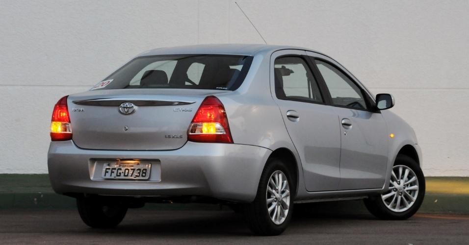 """A traseira do Etios sedã tem lanternas enormes e """"vesgas"""" -- o desenho foi criado pela Toyota indiana e pouco modificado para o Brasil"""