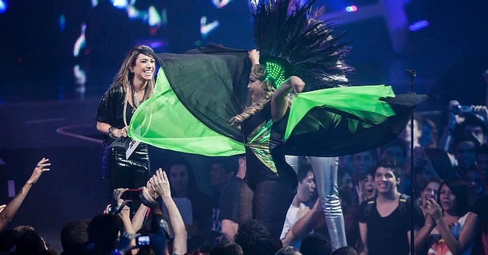 """Com vestido esvoaçante, Gaby Amarantos sobe ao palco do VMB 2012 para receber o prêmio de melhor a de disco pelo álbum """"Treme"""". Não sou a Beyoncé do Pará, sou a Gaby Arantos"""", disse a cantora em seu discurso (20/9/12)"""