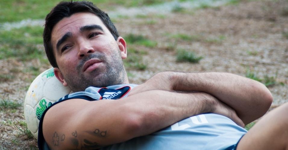 Deco descansa após treino do Fluminense nas Laranjeiras