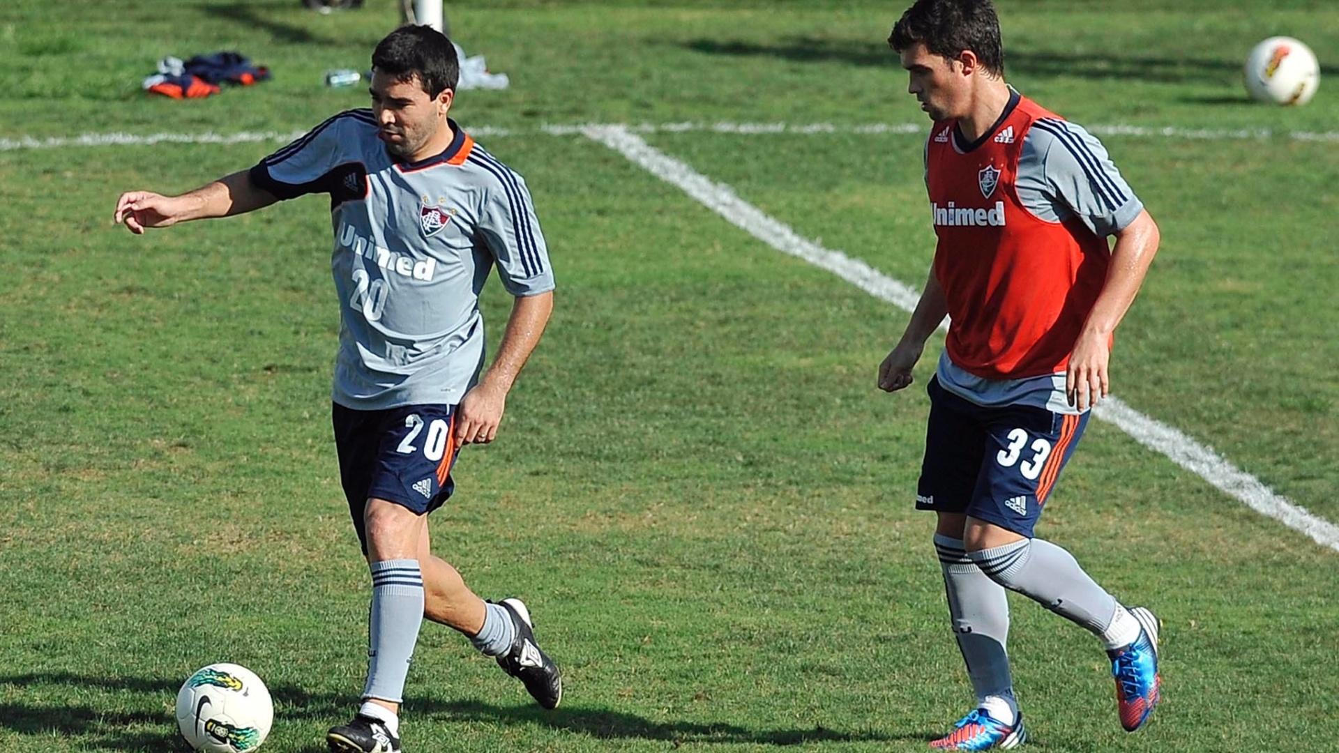 Deco domina bola sob marcação de Fábio Braga em treino do Fluminense