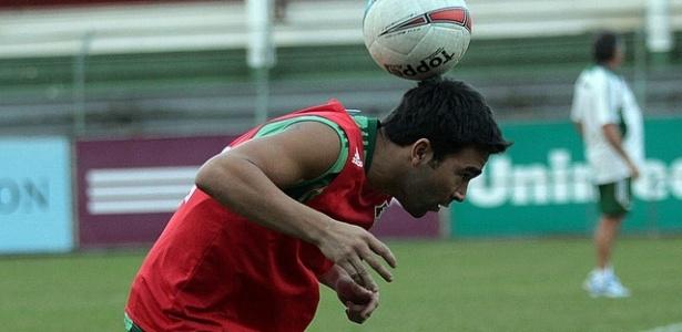 Deco equilibra a bola durante treino do Fluminense (21/09/2012)