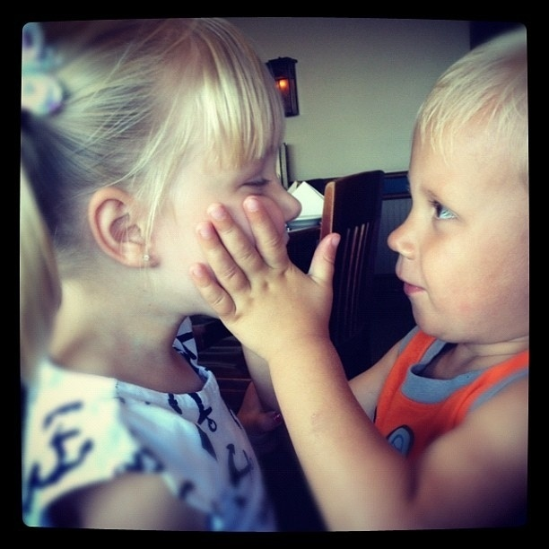 Justin Bieber mostra seu irmão, Jason, brincando com uma amiga no Twitter (21/9/12)