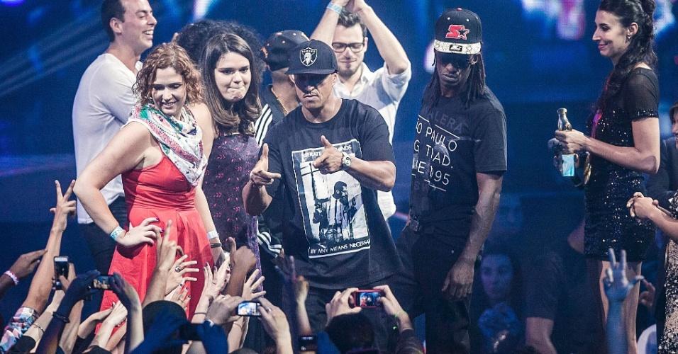 """Mano Brown e Ice Blue, do Racionais MCs, sobem ao palco do VMB 2012 para receberem o prêmio de clipe do ano pelo vídeo """"Mil Faces de um Homem Leal"""" (20/9/12)"""
