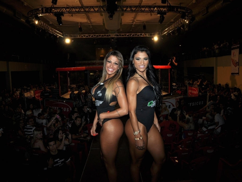 Modelos Sabrina Soares e Marissol Dias posam antes da 1 edio do Quality Fighting Championship em Araatuba (SP)