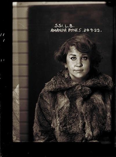 O artista Michael Jason Enriquez misturou as mug shots, fotos tiradas na delegacia no momento da detenção, de celebridades com imagens antigas de um livro de crimonosos dos anos 1920 e criou a série