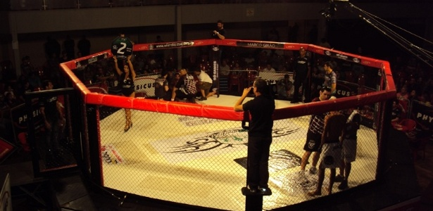 Ring girls chamaram a ateno do pblico na primeira edio do Quality Fighting Championship em Araatuba (SP)