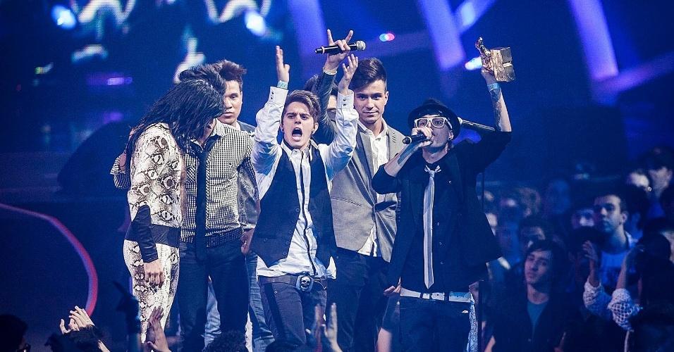 "Vaiada, a banda Restart sobe ao palco do VMB 2012 para receber o prêmio de hit do ano pela música ""Menina Estranha""."