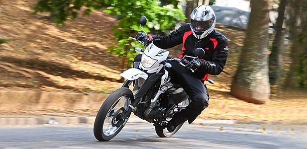 Com apenas 105 kg, a Yamaha XTZ 125X é uma moto de fácil manuseio, sendo indicada até para iniciantes