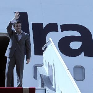 O líder iraniano acena antes de entrar no avião em Teerã, rumo aos EUA para participar da Assembleia Geral