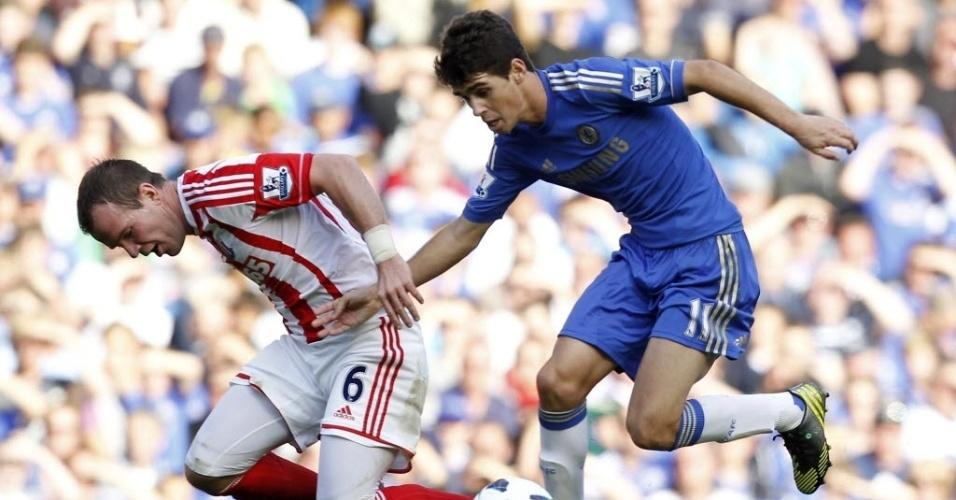 Brasileiro Oscar tenta a jogada pelo Chelsea na partida contra o Stoke City