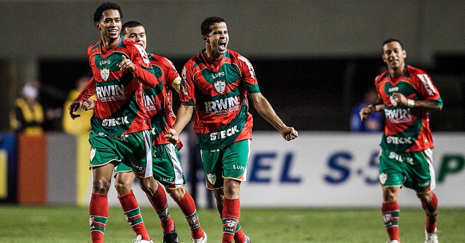 Bruno Mineiro, que marcou dois gol para a Lusa comemora tento da equipe contra o Santos em clássico no Pacaembu