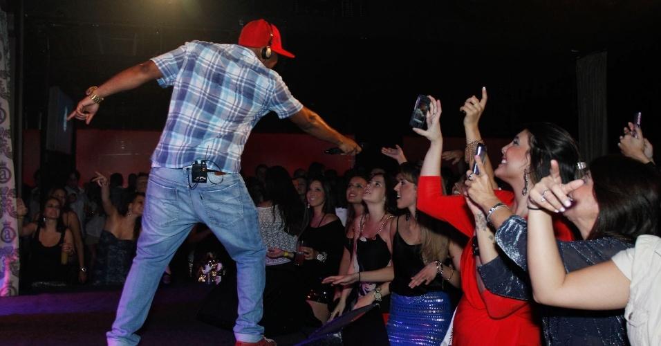 Cantor Buchecha deixa a plateia cantar durante show no Club A, em São Paulo (21/9/12)