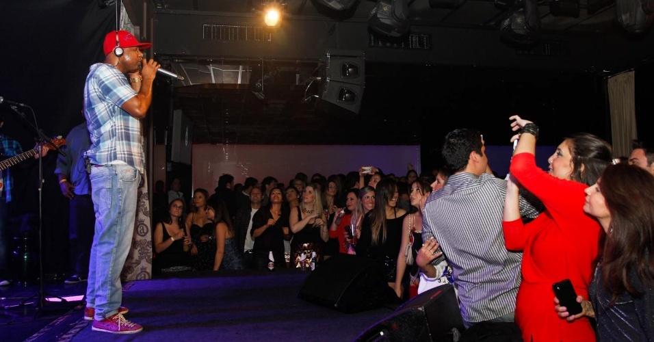 Cantor Buchecha fala com a plateia durante show no Club A, em São Paulo (21/9/12)