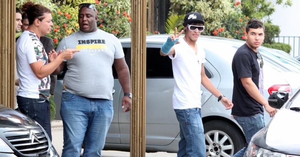 Com o braço engessado, Neymar vai a restaurante na Barra da Tijuca, no Rio (22/9/12)