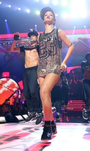 Com vestido curtíssimo, a cantora Rihanna faz apresentação sexy no iHeartRadio Music Festival 2012 no MGM Grand Garden Arena, em Las Vegas (21/9/12)