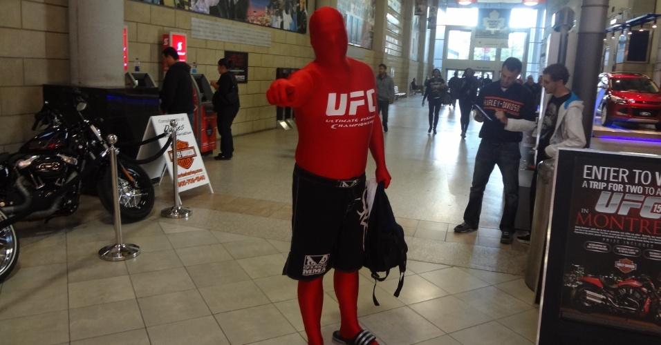 Fantasiado posa para foto antes do UFC 152, em Toronto