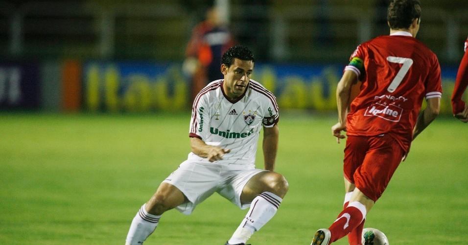 Fred na marcação de Martinez na partida entre Fluminense e Náutico pela 26ª rodada do Campeonato Brasileiro