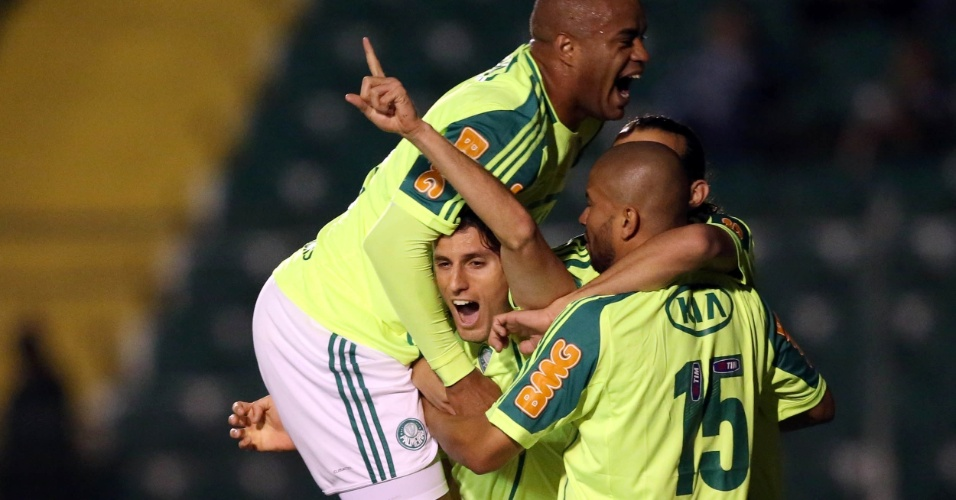 Jogadores do Palmeiras comemoram o segundo gol da equipe, marcado por Henrique, na partida contra o Figueirense