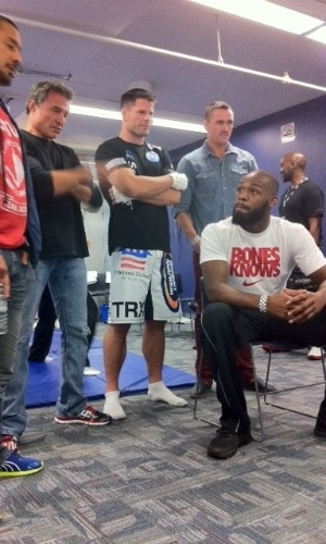 John Jones conversa com amigos momentos antes de entrar no octógono para enfrenta Vitor Belfort no UFC 152