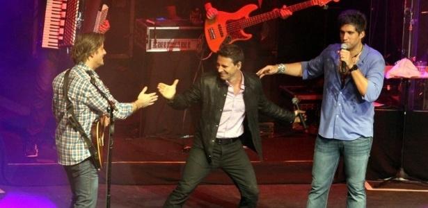 O ator Murilo Rosa sobre ao palco para cantar com de Victor & Leo no Rio de Janeiro (21/9/12)
