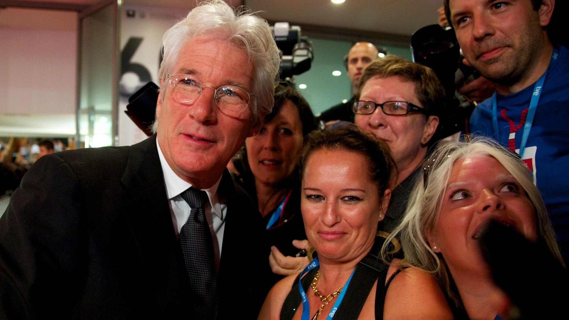 Richard Gere atende fs antes da cerimnia de abertura da 60 edio do Festival de San Sebastian (21/9/12)
