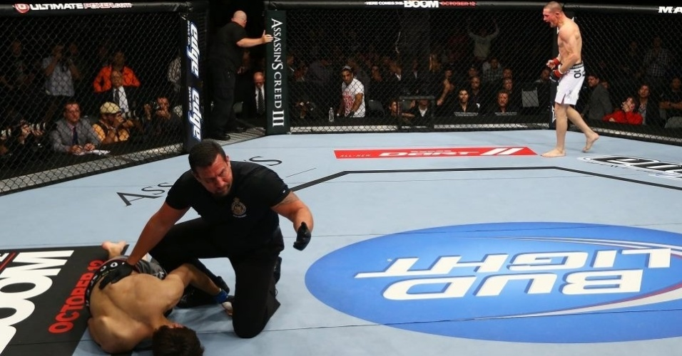 Seth Baczynski celebra ao nocautear Simeon Thoresen no UFC 152 