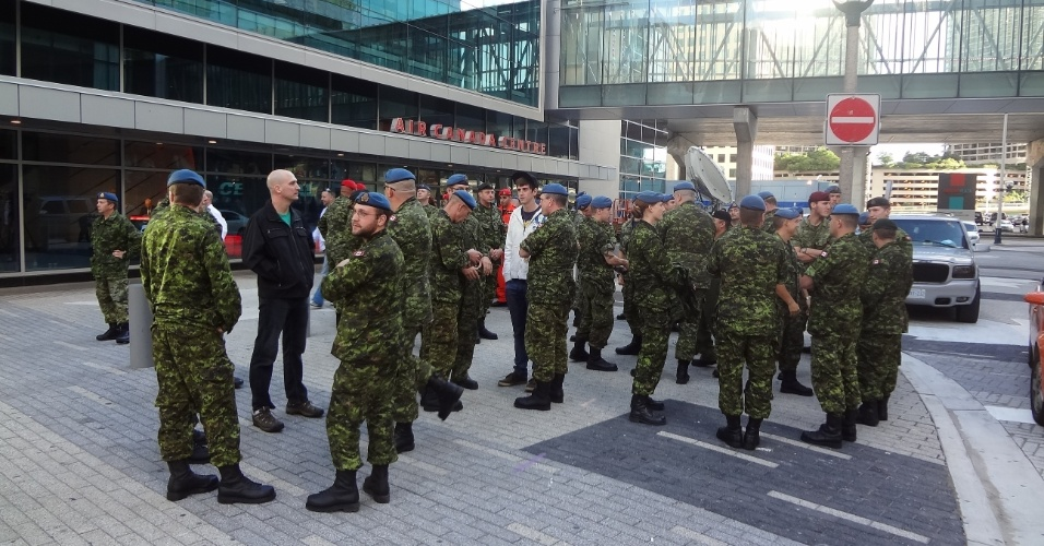 Soldados do exército esperam no entorno do local onde realiza-se o UFC 152 em Toronto