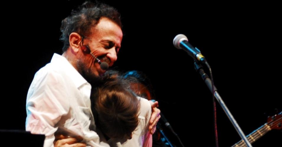 Tom Zé abraça Mallu Magalhães no show de seu novo disco,
