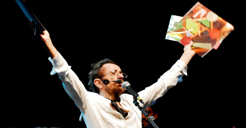 Tom Zé se apresenta no show de seu novo disco,