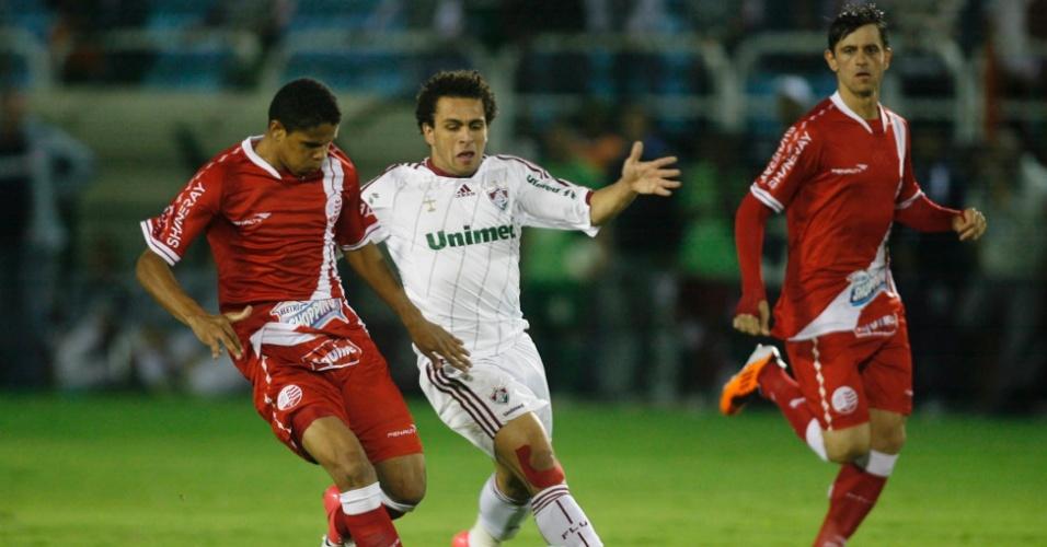 Wellington Nem disputa a bola na partida entre Fluminense e Náutico pela Brasileirão