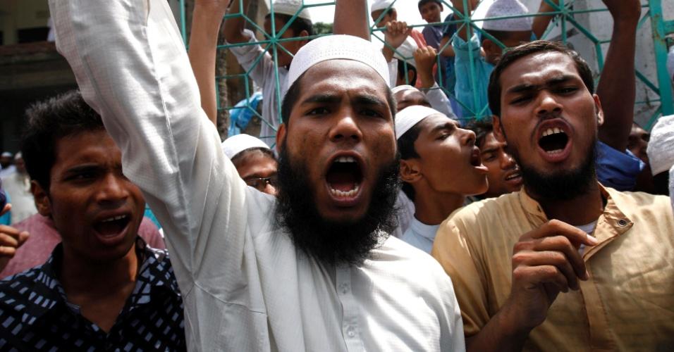 23.set.12 - Ativistas de um partido islâmico protestam contra o filme que denigre a imagem do profeta Maomé, em Dacca, Bangladesh, neste domingo (23).