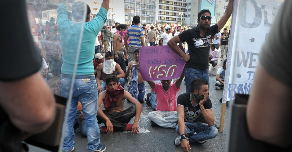 """23.set.2012 - Policiais dispersam manifestantes que protestam contra filme que denigre a imagem do profeta Maomé. O filme americano """"Inocência de Muçulmanos"""" vem provocando uma onda de protestos em diversos países por ser considerado ofensivo ao profeta Maomé"""