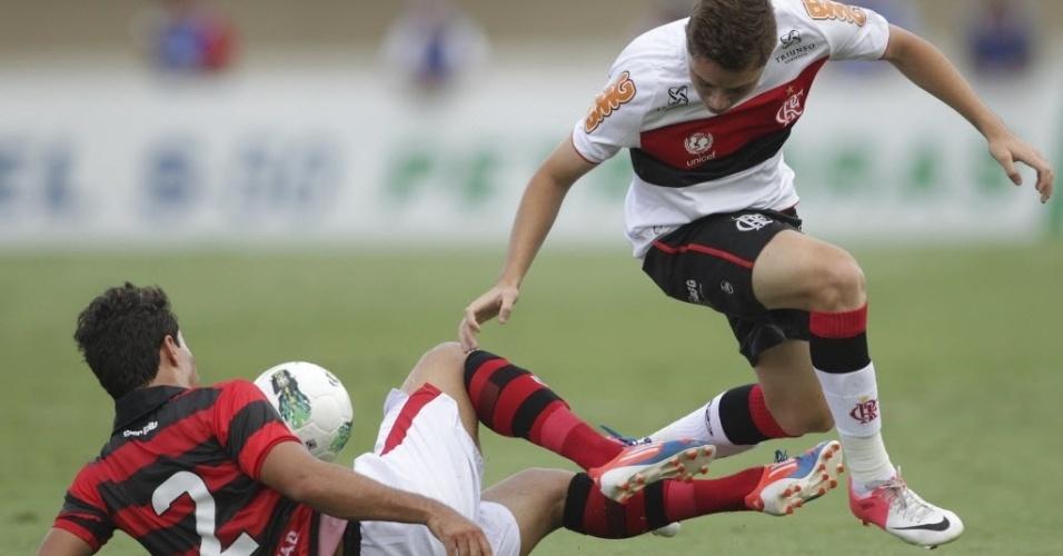 Adryan, do Flamengo, briga pela bola com Marcos, do Atlético-GO, pela 26ª rodada do Brasileirão
