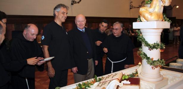 Andrea Bocelli comemora seus 54 anos com monges franciscano em Assis, Itália (22/9/12)