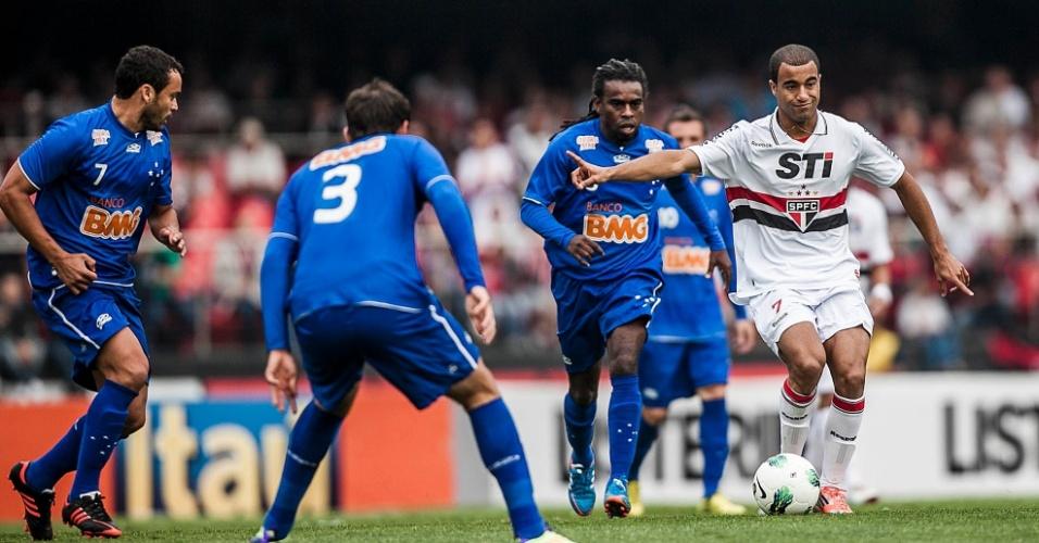 Atacante Lucas, do São Paulo, tenta a jogada cercado por três jogadores do Cruzeiro, em partida válida pela 26ª rodada do Brasileirão