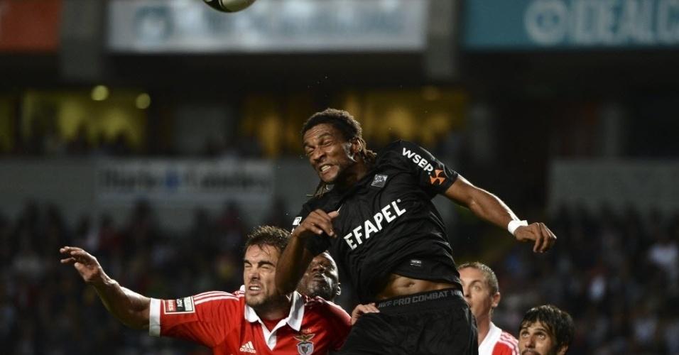Brasileiro Jardel Vieira, do Benfica, disputa a bola com Helder Cabrail, do Académia, no empate por 2 a 2, pelo Campeonato Português