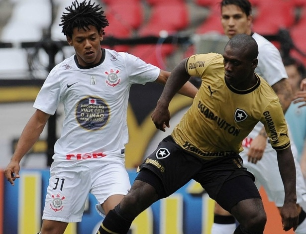 Clarence Seedorf, do Botafogo, tenta a jogada com a marca&#231;&#227;o de Romarinho, do Corinthians